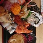 84799216 - 特選 海鮮丼 漬物 お味噌汁付き