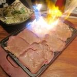 肉匠 とろにく - 牛タンの絨毯炙り~ネギ塩まみれ~¥980