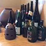 きく弥 - 机上のお酒と灰皿たち