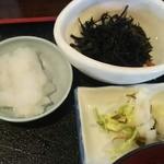 にぎり寿司・一品 まぐろ一徹 - 魚八定食の小鉢、漬物