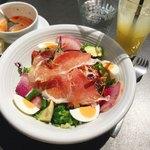 84803391 - 20品目の野菜たっぷりサラダ@1,090円                       スープ・フォカッチャ・ドリンクがセット。