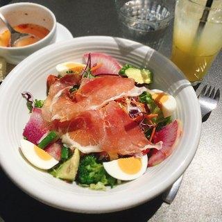 grigio la tavola - 20品目の野菜たっぷりサラダ@1,090円 スープ・フォカッチャ・ドリンクがセット。