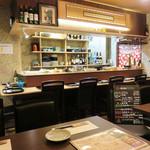 小箱浦本 - 大皿料理が並ぶカウンター席とテーブル席があります。