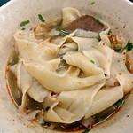 蘭州料理 ザムザムの泉 - 卓上の辣油と黒酢を加えても美味しい