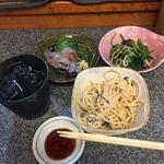 大安 - 黒霧島ロック&蛍烏賊刺身、ほうれん草かき油炒め、スパサラ