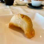 梨杏 - 上海風焼き餃子 焼き餃子ですが、さっくり揚げてある感じです 食べると中の餡がとろ〜ん♡