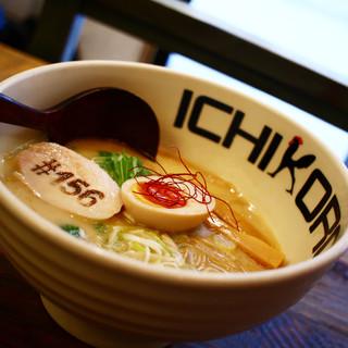 名物となった濃厚鶏白湯スープの純鶏そば
