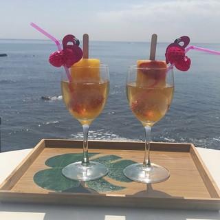 海を見て飲む贅沢。フォトジェニックニックなひと時。