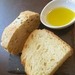 レストラン ピウ - パンとオリーブオイル
