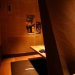 チーズタッカルビ×個室バル つぐみ - カーテンを触ると隣の席が見えますね