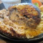 84834754 - ハンバーグは箸を入れると肉汁がこれでもかとハンバーグからこぼれだします。