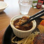 ぎゅう丸 - ハンバーグは添えられたソースに浸して食べます。ハンバーグに直接かけると温度が下がりしぼんでしまうから注意しましょう。  ソースは3種類から選べました私は人気の甘みのあるオニオンソースで
