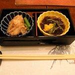 比内や 秋田店 - お通し かすべの煮つけ じゅんさい酢の物