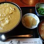 丸嘉 - カレー丼。小鉢とお新香、なめこ汁付き。
