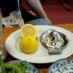 蒲田温泉 - 生レモンサワーはレモン丸ごと1個使用
