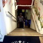 レッドホットクラブ 蒲田店 - 地下へ続く階段を進みます