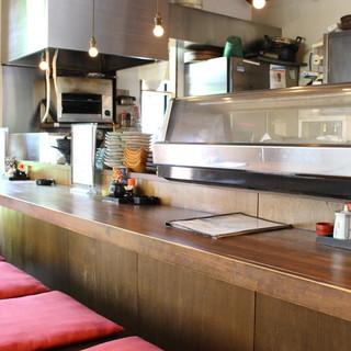 カウンターでしっぽりと◎居心地の良い和空間で料理とお酒を堪能