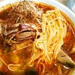 中村麺三郎商店 - 2種類の自家製麺のうち低加水の細麺と思われる。トッピングは短冊切りチャーシュー、白髪葱、糸唐辛子、柔らかメンマ。