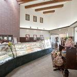 パリジャン パーペチュアル - 明るく広々とした店内 進物類も豊富に用意してございます。