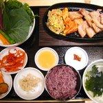 草の花 - サムギョプサル・サムサ定食。ご飯は普通のと五穀米から選べます。