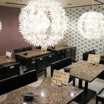 個室 肉バル マーケットグリル - テーブル席や個室を合わせると200席にもなるというオオバコ店