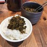 ラー麺 ずんどう屋 - そこに無料の辛子高菜を乗せて、準備完了