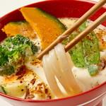 茶夢 - 温野菜ミルクうどん(箸上げ)