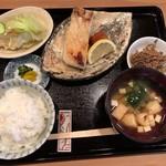 荒木 - 焼き魚定食(1200円:税込)・・焼き魚(この日はカンパチ)・サラダ・金平ごぼう・香の物・ご飯・お味噌汁などのセット。