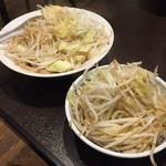 天海 - 取り皿に野菜を移してもこの量(ラーメン並の野菜増し増し)