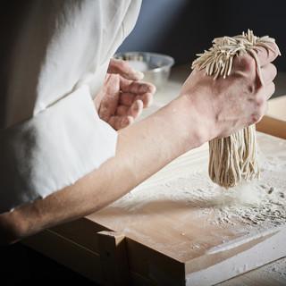 板長佐藤が月替わりで蕎麦粉を厳選、7割蕎麦を毎日手打つ