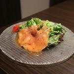 焼肉Garden MISAWA - スモークサーモンとフルーツトマトのサラダ☆