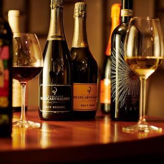 串揚げの旨味を引き出す、多彩なワインのラインナップ