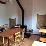 アルチザン パレ ド オール - 店内右側の喫茶コーナー