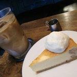 カフェ アンドゥ - NYチーズケーキとアイス玄米ラテ