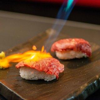 お客様の目の前で炙る「牛寿司」580円