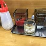 博多とんこつラーメン酒場 とんび - 卓上調味料
