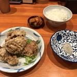 塩元帥 - セットのご飯と唐揚げ、無料のキムチ