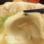 博多 くまちゃんらぁめん - 口に入れた時に、麺と馴染んでほぐれる薄めの巻き巻きチャーシューも美味し♪