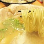 博多 くまちゃんらぁめん - 博多一幸舎グループの『製麺屋慶史』製の博多らしい細麺も美味しいです。