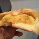 三木鶏卵 - 中身。卵が使われているので餡が黄色