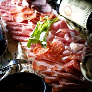 コスパ◎超盛り生ハム&サラミをワインとご一緒に♪