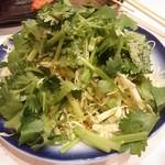 もつ焼き おでん かづのや - パクチー・春キャベツサラダ 380円