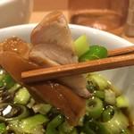 84926951 - ホロホロ南蛮キジつけ蕎麦900円+大盛100円のスープの具材のアップ