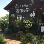 84937314 - お店入口…咲く花が我々を出迎えてくれます。