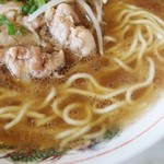 84937620 - 牛脂がバッチリ効いたパンチのある牛骨スープ!