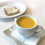 84941603 - 贅沢サラダランチ(1,000円)の季節のカップスープ + フォカッチャ