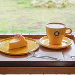 三角屋根 パンとコーヒー - 料理写真:クラシックチーズケーキ、カプチーノ
