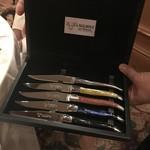 ラ・ベ - 肉料理前に、好みのナイフを選択する楽しみ