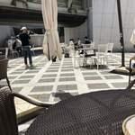 セタビカフェ - 映りが良いからか、日がカンカンに当たる席で撮影!       大変ね、お仕事はね( ;∀;)