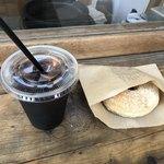 ヒグマドーナッツ - 黒豆塩きなことアイスコーヒーのセットで560円